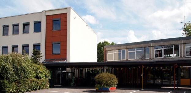 Schulhof und Hauptgebäude